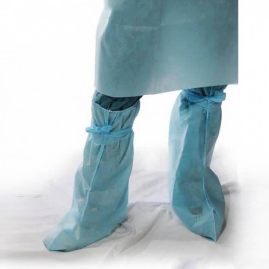 Бахилы высокие хирургические из спанбонда синего цвета надеты поверх обуви и брюк