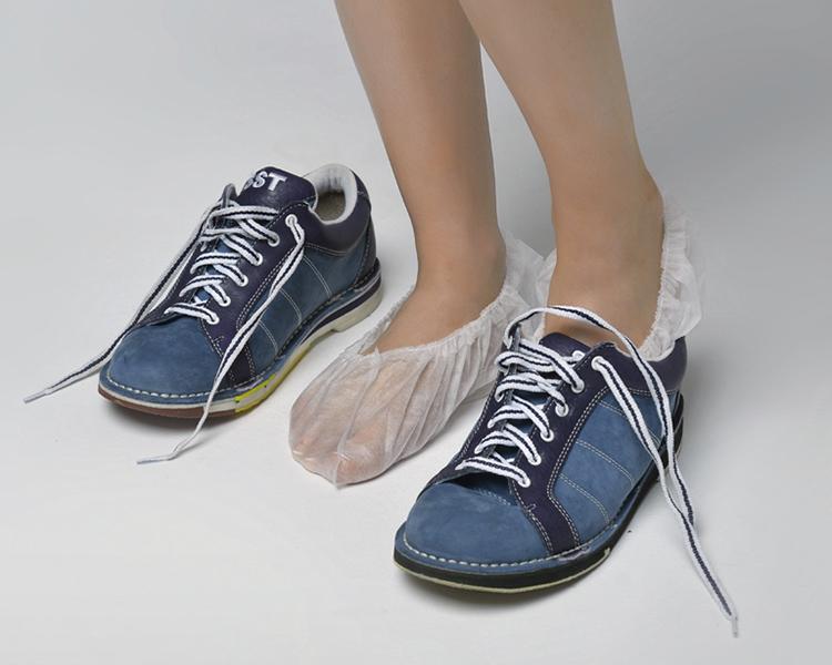 Бахилы для боулинга демонстрация надевания на ногу