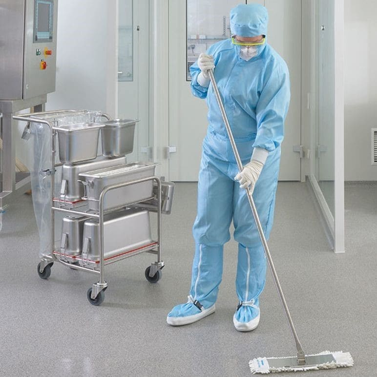 Уборка с применением дезинфицирующих средств в медицинском учреждении