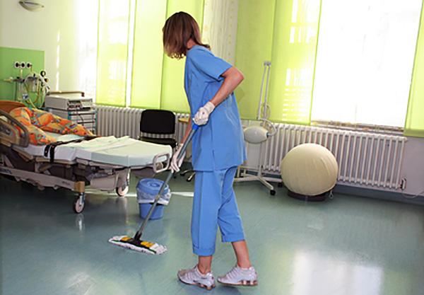 уборка в палате в латексных перчатках для санитарных работ