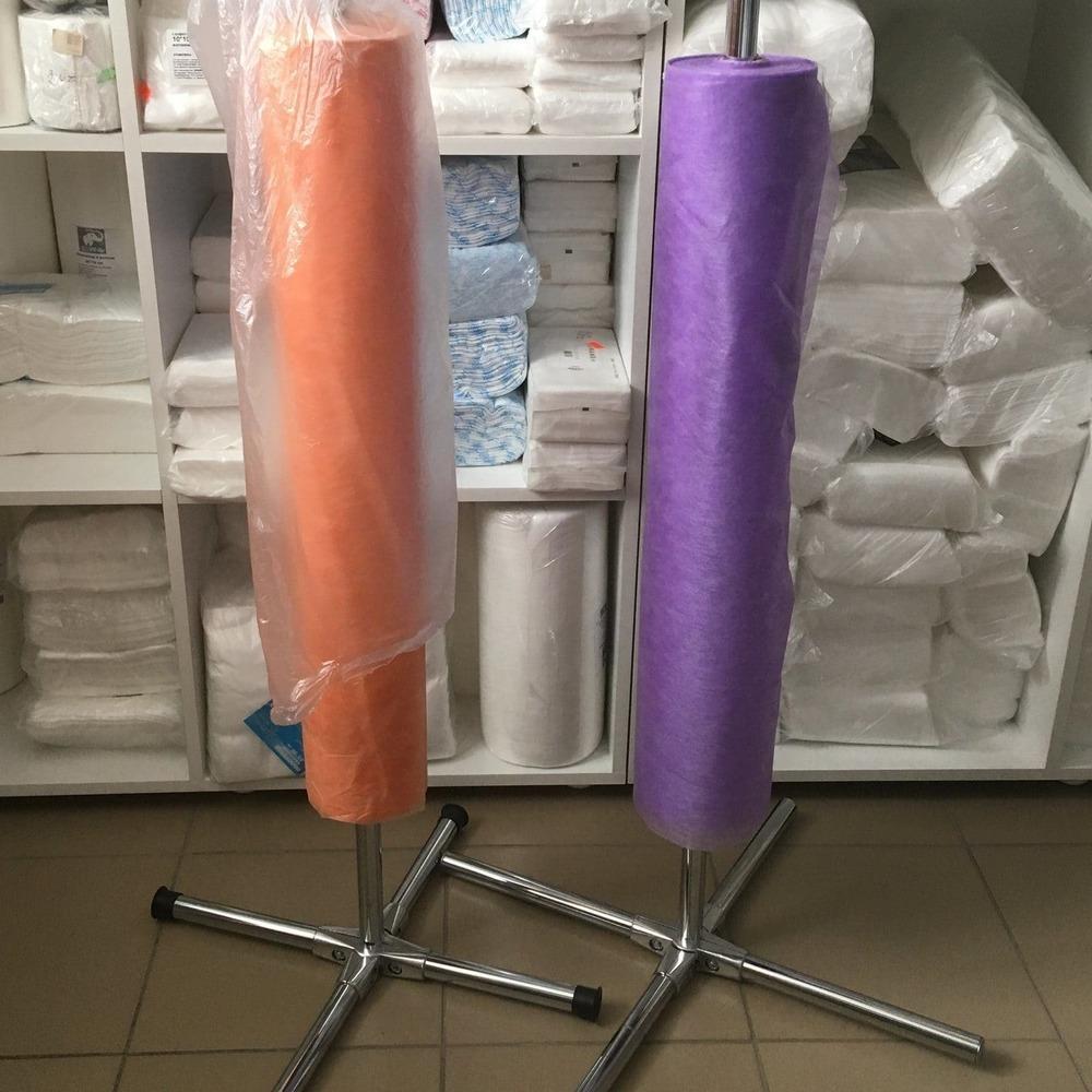 Медицинские рулоны оранжевого и фиолетового цвета на держателях.