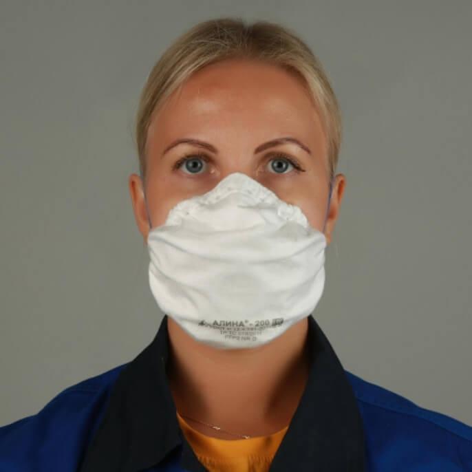 женщина в медицинском респираторе алина белого цвета