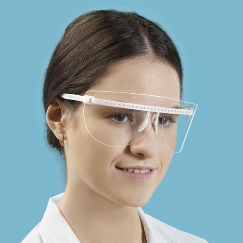 защитные очки с белой оправой, демонстрирует девушка